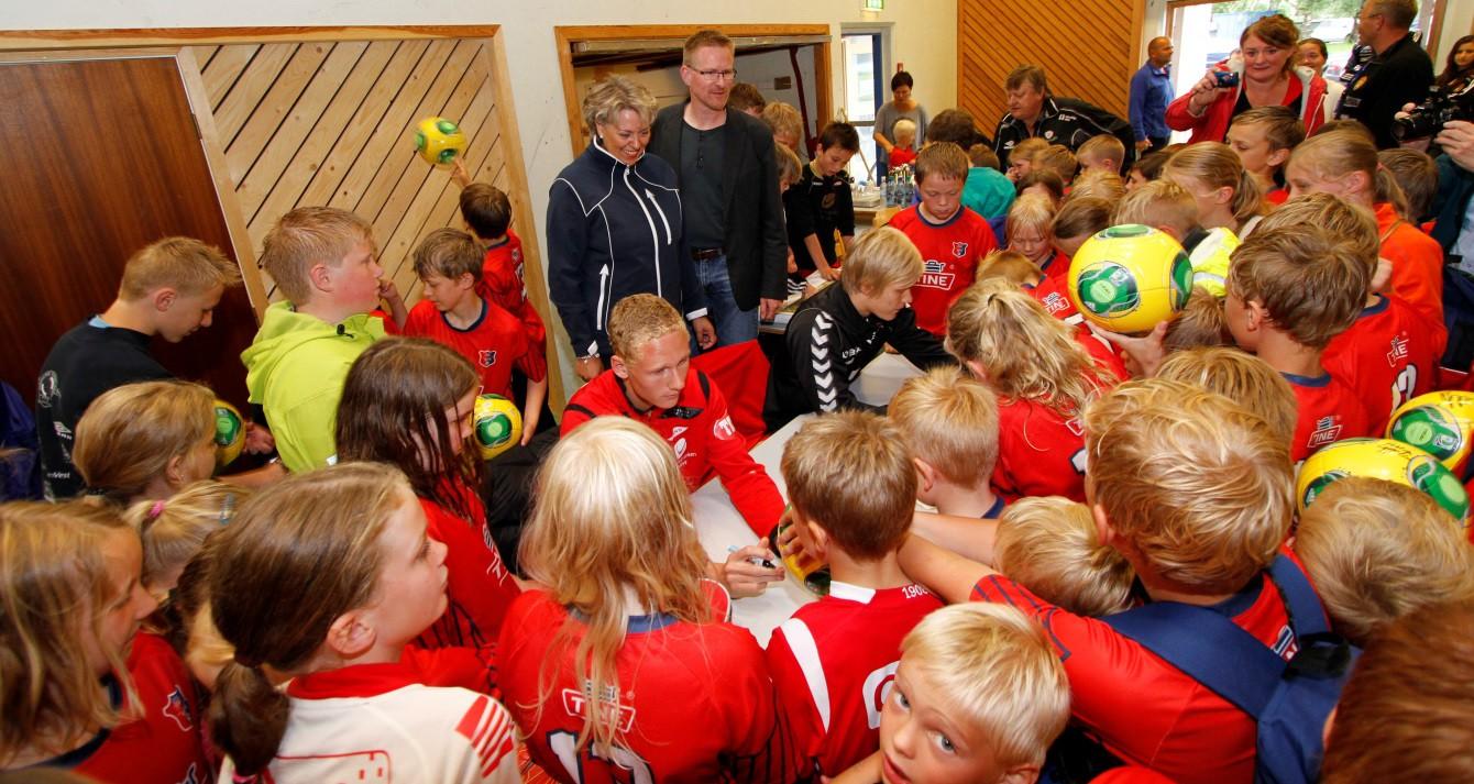 Jan Jaap Boot i lag med ein haug av unge lovande fotballspelar og flotte dugnadssjeler! (Foto: Håvard Sætrevik)
