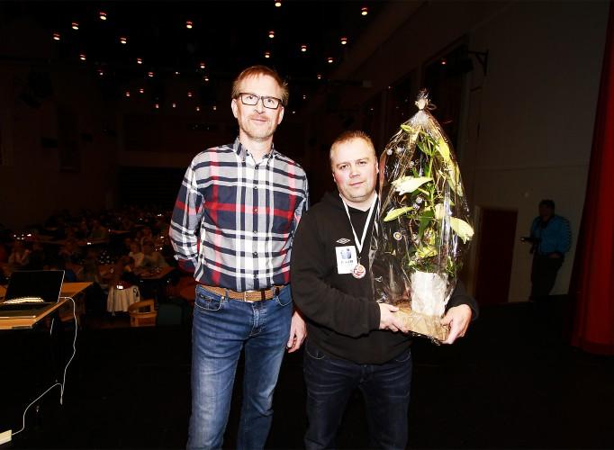 Raymon Olsen (t.h.) fekk Innsasprisen av leiar i fotballgruppa, Jan Jaap Boot.