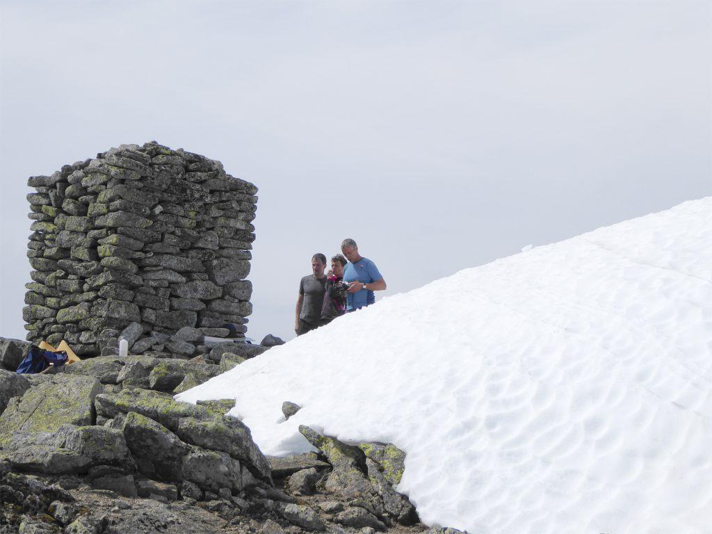 Det er framleis mykje snø på toppen av Melderskin, men varden er no kome heilt fram i dagen. (Foto: Morten Nygård).