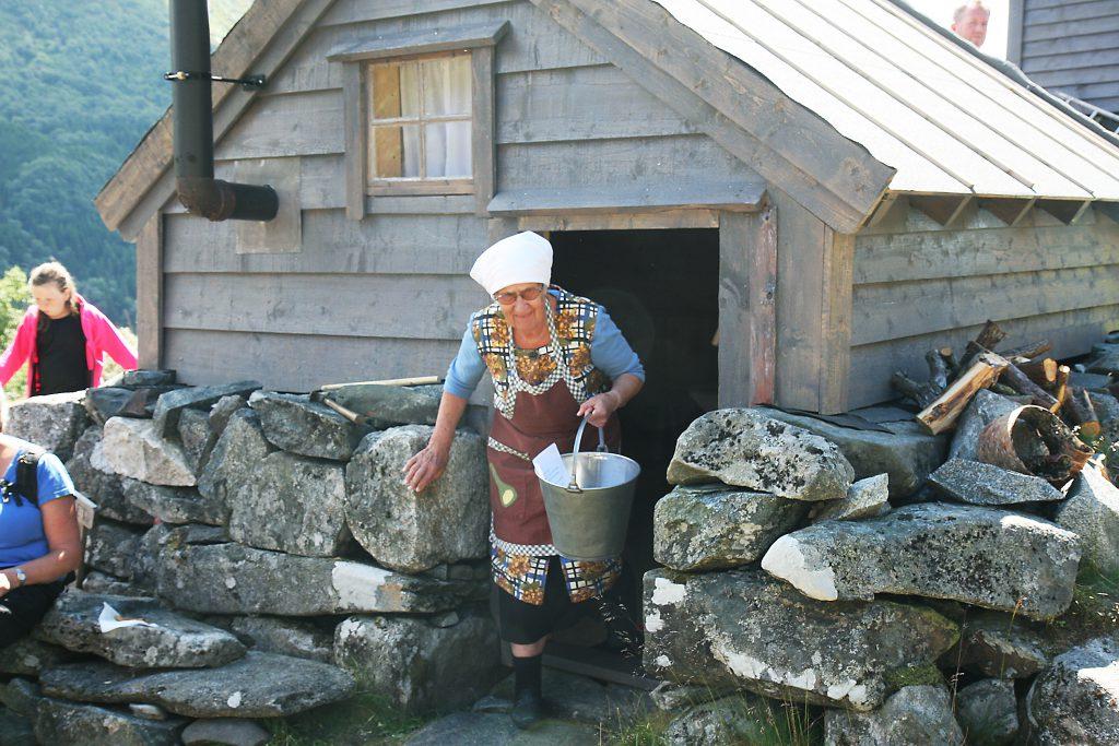 Etter at Knut E. Skåla hadde fortalt om restaureringa av Monsaselet, lokka han fram budeie og syster Ragnhild Pile.  15 år gamal var ho budeie på Kjeldestøl, og no 63 år seinare fekk ho æra av å erklæra det gjenreiste selet for opna. (Alle foto: Morten Nygård).